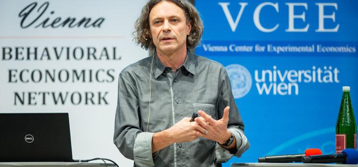 """Video: Arno Riedl """"Fairness zwischen Jung und Alt. Verhaltensökonomische Evidenz zu Rissen im Generationenvertrag"""""""